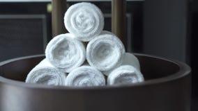 Rolo branco de toalha no salão de beleza moderno dos termas no fundo escuro r Acessórios para o chuveiro, termas vídeos de arquivo