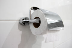 Rolo branco do papel higiênico imagem de stock