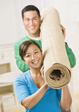 Rolo carreg do tapete dos pares felizes Fotografia de Stock Royalty Free