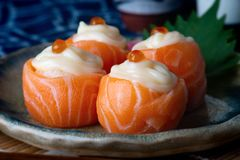 Rolo da bola do sushi dos salmões imagem de stock