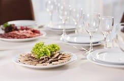 Rolo da carne com abricós secados e salada Imagem de Stock Royalty Free