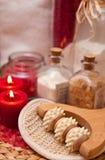 Rolo da massagem e velas vermelhas Imagens de Stock Royalty Free