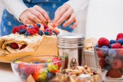 Rolo da merengue com bagas e pistaches Imagem de Stock