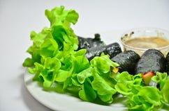 Rolo da salada do legume fresco com alga imagens de stock