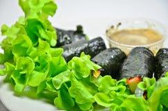 Rolo da salada do legume fresco com alga imagens de stock royalty free
