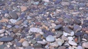 Rolo das ondas em uma praia dos seixos video estoque