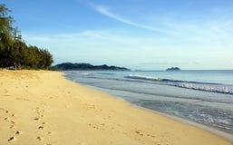 Rolo das ondas a suportar na praia de Waimanalo Fotos de Stock Royalty Free