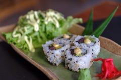 Rolo de atum japonês do alimento Imagens de Stock Royalty Free