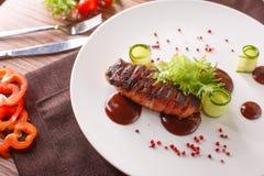 Rolo de carne delicioso com ketchup em uma placa branca, macro horizontal Imagens de Stock