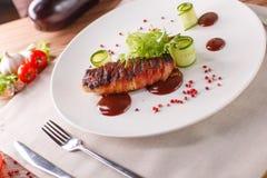 Rolo de carne delicioso com ketchup em uma placa branca, macro horizontal Foto de Stock Royalty Free