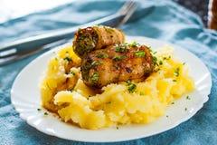 Rolo de carne Roasted da carne enchido com carne da galinha e de carne de porco com as batatas trituradas na placa branca Fotografia de Stock Royalty Free