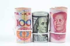 Rolo de cem notas de dólar dos E.U. e das cédulas chinesas w do yuan Foto de Stock Royalty Free