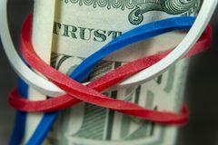 Rolo de contas de USD com a faixa vermelha, branca e azul imagem de stock royalty free