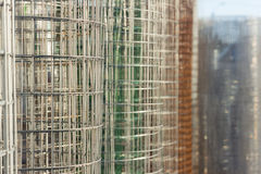 Rolo de cores diferentes da cerca de fio do metal Foto de Stock Royalty Free