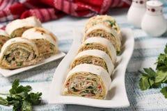 Rolo de Lavash com varas do caranguejo e queijo, um aperitivo festivo imagens de stock