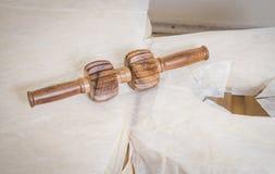 Rolo de madeira para a massagem traseira, imagem de stock royalty free
