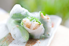 Rolo de mola vietnamiano com alface Fotos de Stock