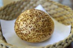 Rolo de pão com sementes de sésamo Fotos de Stock Royalty Free