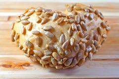 Rolo de pão dado forma coração na madeira fotografia de stock