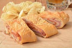 Rolo de pão italiano com microplaquetas e cerveja Fotografia de Stock