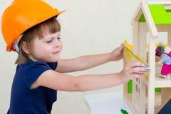 Rolo de pintura com amostras da pintura Casa sob a construção Foto de Stock Royalty Free