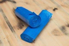 Rolo de sacos de lixo plásticos azuis Fotografia de Stock Royalty Free