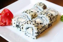 Rolo de sushi com as sementes do queijo creme e de sésamo fora Imagem de Stock