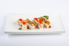 Rolo de sushi com atum, ovos mexidos, queijo creme e o caviar vermelho Foto de Stock