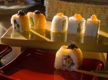 Rolo de sushi com tempura dos salmões e do camarão Imagens de Stock Royalty Free