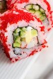Rolo de sushi com tobiko vermelho Imagens de Stock