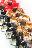 Rolo de sushi com tobiko vermelho e rolo de sushi de Canadá com sésamo Fotos de Stock Royalty Free