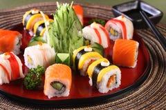 Rolo de sushi da mistura ajustado no prato de madeira Fotos de Stock Royalty Free