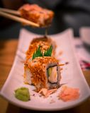 Rolo de sushi delicioso com gengibre e Wasabi fotografia de stock royalty free