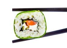 Rolo de sushi em um fundo branco Imagens de Stock