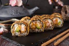 Rolo de sushi fritado quente com camarão, pepino e molho do unagi foto de stock