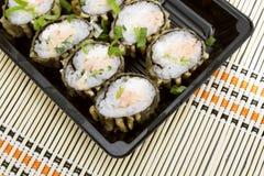 Rolo de sushi fritado quente com salmões, abacate e queijo Menu do sushi Alimento japonês Imagem de Stock