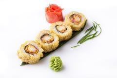 Rolo de sushi fritado quente fresco delicioso com bacon e queijo Menu do sushi Alimento japonês Rolos de sushi isolados no branco Fotografia de Stock Royalty Free