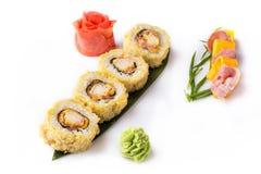 Rolo de sushi fritado quente fresco delicioso com bacon e queijo Menu do sushi Alimento japonês Rolos de sushi isolados no branco Fotos de Stock