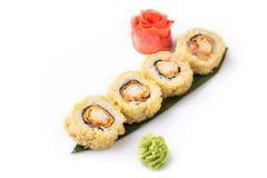 Rolo de sushi fritado quente fresco delicioso com bacon e queijo Menu do sushi Alimento japonês Rolos de sushi isolados no branco Imagens de Stock