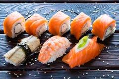 Rolo de sushi Philadelphfia e nigiri Imagem de Stock