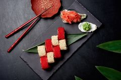 Rolo de sushi saboroso na placa de pedra preta e sause chinês com gengibre e wassabi Chinês Cousine fotos de stock royalty free