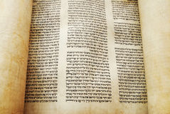 Rolo de Torah aberto para a leitura Imagem de Stock