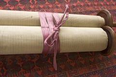 Rolo de Torah com fita Imagem de Stock Royalty Free