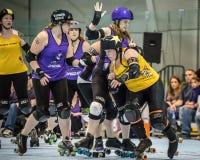 Rolo Derby Girls Throwing acima de um bloco Imagem de Stock Royalty Free