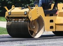 Rolo do asfalto da maquinaria pesada com homem Fotos de Stock