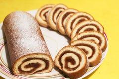 Rolo do biscoito com doce da maçã em um fundo amarelo fotografia de stock
