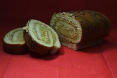 Rolo do biscoito com o creme e as duas partes seguintes imagens de stock royalty free