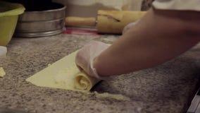 Rolo do cozinheiro da mulher da massa e do requeijão na cozinha no restaurante ou no café video estoque