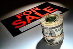 Rolo do dinheiro do dinheiro do dólar americano E para o sinal da venda Imagens de Stock