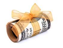 Rolo do dinheiro envolvido em uma fita dourada imagens de stock royalty free